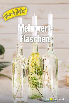 Extravagant nachhaltige Deko: Grüne Äste und Blätter vorsichtig mit einem Stäbchen in die Flaschen drücken, mit Wasser auffüllen –und als Extra –eine Kerze in die Flaschenöffnung stecken. Eignet sich auch super als Geschenk. #Weinflaschen #Blumen #DIY #selfmade #Zerowaste #Zero #nachhaltig #Deko #Inspiration #Edeka #wirliebenlebensmittel #wirundjetzt 21st Party, Diy Party, Boho Diy, Plant Decor, Baby Shower Parties, Decor Interior Design, Diy Room Decor, Diy Wedding, Diy And Crafts