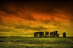 Stonehenge Este monumento de grandes piedras es una de los más misteriosos que se pueden encontrar en el mundo. Situado cerca de Amesbury, en el condado de Wilthisre, Inglaterra, este conjunto megalítico fue proclamado Patrimonio de la Humanidad en 1986.