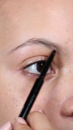 Shape and define the eyebrows with the Maybelline Brow Precise Micro Pencil and refine them with the Brow Drama Sculpting Brow Gel for a bold look. - Summer Make-Up Eyebrow Makeup Tips, Permanent Makeup Eyebrows, Beauty Makeup Tips, Eyebrow Pencil, Makeup Videos, Skin Makeup, Maybelline, Makeup Tattoos, Microblading Eyebrows