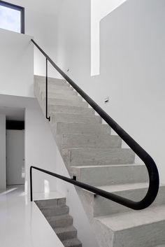 Betonowe schody z metalową poręczą