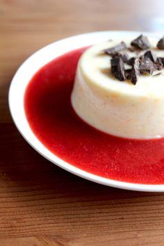 Vanillepudding auf Erdbeerspiegel
