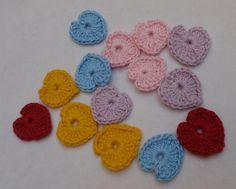 APLIQUE DE CROCHÊ CORAÇÃO <br> <br>Pequenas e delicados corações coloridos confeccionadas em crochê com fio 100% de algodão, espessura média. <br> <br>Medida aproximada: 2,5 cm <br> <br>Ideal para customização de peças, tais como blusas, bolsas, peças em jeans, pacotes de presente, tags e cartões comemorativos. <br> <br>Também é uma opção para montagem de bijuterias, acrescentando um toque artesanal nas peças montadas com contas coloridas. <br> <br>Ótima sugestão para usar na decoração de…