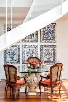 Casa na serra fluminense tem design do arquiteto Jimmy Bastian Pinto - Na sala de jantar, a mesa e as cadeiras antigas, também herança do bisavô, ganham a companhia dos painéis de azulejos portugueses, paixão do arquiteto.