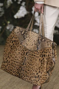 See the complete Ralph Lauren Spring 2017 Ready-to-Wear collection. Burberry Handbags, Prada Handbags, Luxury Handbags, Fashion Handbags, Tote Handbags, Purses And Handbags, Fashion Bags, Fashion Outfits, Motif Leopard