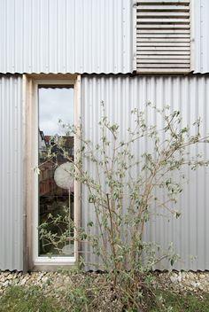 © werk A architektur materialisatie golfplaat schrijnwerk hout plint metaalplaat plaatmateriaal