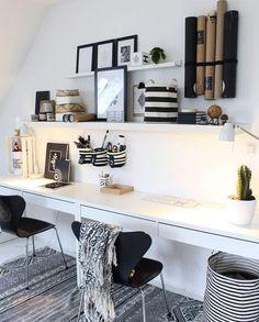 Was ein schöner Arbeitsplatz! Das Boho Büro gibt Dir genau das richtige Flair, um ein paar Tage von Zuhause zu arbeiten. Aufbewahrungsmöglichkeiten dürfen hier natürlich auch nicht fehlen. Der Wäschekorb Stripes wird kurzer Hand zweckentfremdet - einfach genial! :) Hier würden wir auch gerne mal Home Office machen! // Homeoffice Schreibtisch Arbeitsplatz Ideen Aufbewahrung #AufbewahrungsIdeen #Aufbewahrung #Schreibtisch #Homeoffice @skovbon
