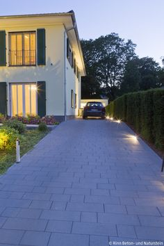 Hof & Einfahrt Long drive up to the classic new city villa with Padio pavement and the path along th String Lights Outdoor, Outdoor Lighting, Outdoor Decor, Glass Corner Shower, Enclosed Carport, Long Driveways, Modern Garage, Concrete Design, Exterior Lighting