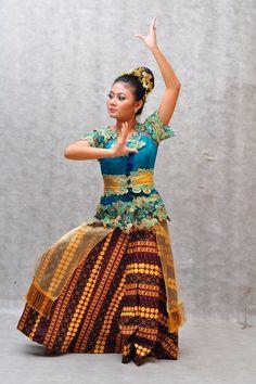 Ringkang Mojang Dance Blouse Dress, Kebaya, World Cultures, Larp, Dance Costumes, Eid, Bodies, Dancer, Asian