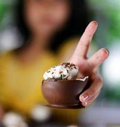 Make chocolate cups using balloons