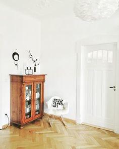 FridayInBlack - Foto von Mitglied moosrose #solebich #interior #einrichtung #inneneinrichtung #deko #decor #livingroom #shelf #parquetflooring #eamesarmchair #wohnzimmer #regal #bücherregal #parkett