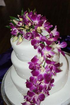La torta no debe quedar de lado y también puede ser decorada con orquídeas