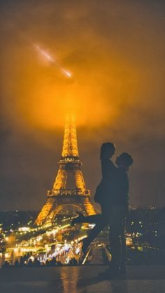Mid night in Paris in Mist - this is gorgeous photo of this couple!