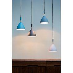 Suspension DOKKA - Nothern Lighting La suspension Dokka de Northern Lighting est une pièce de collection issue du design scandinave. C'est une lampe d'après-guerre qui a été rééditée en 2007 par la marque avec une nouvelle couleur : bleu pétrole. Ce bleu profond souligne merveilleusement ses lignes pures et élégantes. Cette suspension est un classique du design nordique.