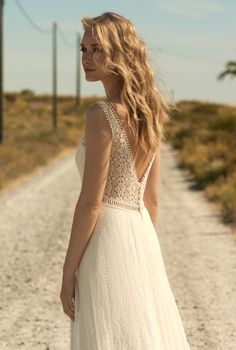 Rembo styling — Kollektion 2018 — Wild Wonder: Creme Farbenes Spitzenkleid m… Rembo styling – Collection 2018 – Wild Wonder: Cream color lace dress with beautiful back neckline and floral lace. Lace Beach Wedding Dress, Classic Wedding Dress, Wedding Dress Sleeves, Colored Wedding Dresses, Cheap Wedding Dress, Bridal Dresses, Lace Dress, Rembo Styling, Engagement Dresses