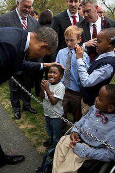 Barack Obama con un bambino alla Casa Bianca, Washington DC, 15 aprile (Official White House Photo by Pete Souza) Black Presidents, Greatest Presidents, American Presidents, American Soldiers, Michelle Obama, First Black President, Mr President, Obama With Kids, Presidente Obama