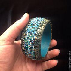 Купить Браслет из полимерной глины с чешским бисером на деревянной основе - зеленый, браслет, широкий браслет