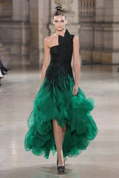 Tony Ward Spring Summer 2019 Haute Couture fashion show at Paris Couture Week (January Haute Couture Dresses, Style Couture, Haute Couture Fashion, Spring Couture, Fashion Week, Runway Fashion, Fashion Show, Live Fashion, Punk Fashion