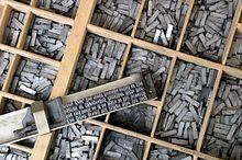 Caractères mobiles. L'imprimerie est dérivée de la gravure sur cuivre ou sur bois, une technique connue depuis longtemps en Europe et en Chine mais seulement utilisée pour reproduire des images. Gutenberg, graveur sur bois, a l'idée aussi simple que géniale d'appliquer le procédé à des caractères mobiles en plomb. Chacun représente une lettre de l'alphabet en relief.