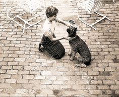 1954. Mai. Photo qui pourrait être attribuée à Orlando SUERO. Jackie Kennedy plays with her dog Gaully in the backyard of her and Jack's Georgetown home, May 1954.
