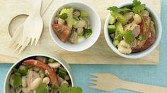 Einfache Zutaten im perfekten Zusammenspiel: Italienischer Bohnen-Thunfisch-Salat mit Sellerie und Tomaten | http://eatsmarter.de/rezepte/italienischer-bohnen-thunfisch-salat