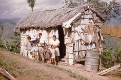 ☀PR☀ Posiblemente esta foto fue tomada  por la epoca de los  1950,no creo que hoy en dia existan estas viviendas en mi pais (P.R.).