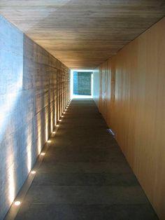 Casa-VB-Garcia-Vallejo (4) Interior Lighting, Lighting Design, Wall Wash Lighting, Corridor Design, Interior And Exterior, Interior Design, Modern Art Deco, Exhibition Space, Light Art