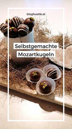 Für diese selbstgemachten Schoko-Marzipan-Kugeln hätte Mozart bestimmt eine eigene Symphonie komponiert, denn sie sind ein harmonischer Genuss, der dein Herz einen Takt höher schlagen lässt! Also nichts wie ran an die Kugeln und los geht´s – Viel Spaß beim Nachmachen. #bloghuette #salzburgersportwelt Marzipan, Heart, Homemade, Recipies