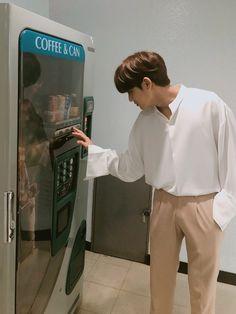 mingyu doing his job in inkigayo Mingyu Seventeen, Seventeen Debut, Woozi, Jeonghan, Kpop, Seventeen Instagram, Kai Exo, Kim Min Gyu, Won Woo