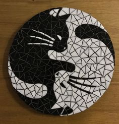 Making a cat mosaic from crockery Stained Glass Designs, Stained Glass Projects, Mosaic Designs, Mosaic Patterns, Mosaic Wall, Mosaic Glass, Mosaic Tiles, Mosaic Crafts, Mosaic Projects