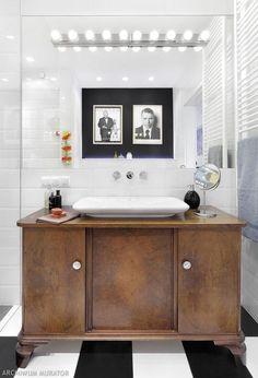 Nowoczesny wystrój łazienki i szafka antyk pod umywalką