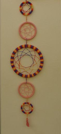 Meus primeiros pontos no crochê foram ensinados pela minha avó Branca Zamboni. <br>Ensinou-me, pacientemente, ao longo dos anos e meus primeiros trabalhos foram toalhinhas e roupinhas de bonecas.. e me apaixonei por trançar os fios e ver as peças coloridas tomando formas em minhas mãos! #crochet #mandala #cd #filtrodossonhos