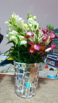 Flower vase with clay and old DVD disk. Recycle some DVD disks and add some clay and here we go. Flower Vases, Flowers, Diy Home Decor, Glass Vase, Recycling, Clay, Random, Plants, Clays