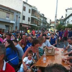 Pubblico in Piazza della Liberazione a Tollo per Italia Spagna.