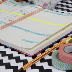 Que tal customizar a sua agenda 2016? O mais legal é que pode ser uma agenda bem baratinha, daquelas bem simples e você a deixará com a sua cara utilizando