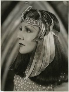 Claudette Colbert as Cleopatra Wow, I wonder how many Cleopatra movies were made in Old Hollywood besides the ones with Vivien Leigh and Elizabeth Taylor. And all starring equally gorgeous women Golden Age Of Hollywood, Vintage Hollywood, Hollywood Glamour, Hollywood Stars, Classic Hollywood, Divas, Claudette Colbert, Egyptian Costume, Movie Costumes