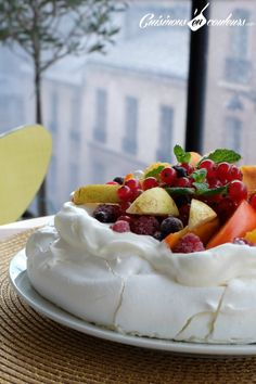 Pavlova aux fruits pour utiliser les restes de blancs d'oeufs Pavlova with fruits to use the remains of egg whites Mini Pavlova, Meringue Pavlova, Meringue Desserts, Delicious Desserts, Dessert Recipes, Dessert Aux Fruits, Catering, Deserts, Good Food