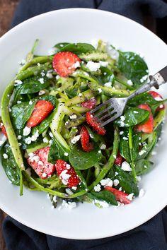 Spargel-Erdbeer-Salat mit Feta aus grünem Spargel, Spinat, Erdbeeren, Feta, Olivenöl, Balsamico, Honig und Mohn. Super einfach, leicht und sättigend!