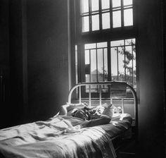 Esta joven estaba recibiendo la terapia del coma insulínico. El tratamiento, empleado generalmente con los esquizofrénicos, consistía en administrar insulina hasta lograr el coma hipoglucémico durante 15 a 60 minutos. La terapia solía durar unos sesenta días.    Los shocks de insulina hacían que los pacientes esquizofrénicos mejorasen. Pero este tratamiento podía provocar la ceguera o, incluso, la muerte.