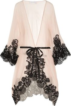 Love the lace contrast and placement