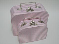 Conjunto de 2 maletas forradas com tecido 100% algod??o. V??rias estampas, consulte nossas op????es. Fecho e al??a em metal.  Tamanhos: Pequena: 20x15x9cm PP: 15x11x6cm R$ 88,00