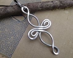 Große Keltischer Knoten Kreuz Anhänger Aluminium Infinity Schleifen, geringes Gewicht Draht Kreuz Halskette, Bestätigung große keltische Knoten Keltisches Kreuz Schmuck