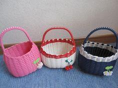 エコクラフト♪お子様バッグ☆: こどもと一緒におでかけしましょ♪ Paper Basket, Basket Bag, Artist Bag, Diy And Crafts, Arts And Crafts, Basket Weaving, Wicker Baskets, Bags, Craft Bags