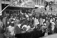 사진은 1965년 1월 2일 서울 중구 명보극장 앞이다. 신정 특선으로 개봉된 영화는 최은희 주연의 '청일전쟁과 여걸민비'다. 넥타이를 맨 신사들이 표를 사려고 극장 앞 ...