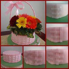 tutorial en: http://acupcakeproject.blogspot.be/2013/07/fresh-flowers-for-cake-plus-basketweave.html