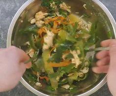 Składniki:  3 łyżki oleju sezamowego  2 łyżki sosu sojowego  1 łyżka oleju rybnego  1 łyżka miodu  Sok z 1 limonki  1 łyżka mieszanki przypraw chili  1 ząbek czosnku  1 ogórek  1 marchewka  natka pietruszki  szczypiorek  ugotowana pierś z kurczaka  Wykonanie:  Z oleju sezamowego, sosu sojowego, oleju rybnego, miodu, soku
