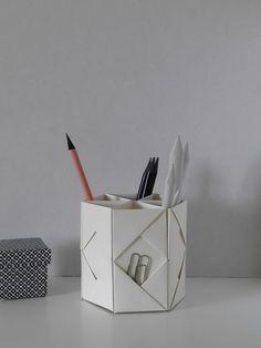 Schreibtisch-Utensilo aus sechs Blatt Papier 20 x 20 cm - eine deutsch/englische Bild/Text-Anleitung von Robin auf