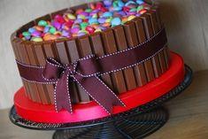 Torta Smarties e Kit Kat Torta Kit Kat, Sweetie Cupcakes, Chocolates, Girly Birthday Cakes, Just Desserts, Dessert Recipes, Dessert Ideas, Chocolate Fudge Cake, Girl Cakes