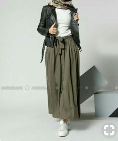 Here are some different denim mini skirts wardrobe ideas for you. Street Hijab Fashion, Muslim Fashion, Modest Fashion, Mode Outfits, Skirt Outfits, Fashion Outfits, Casual Hijab Outfit, Hijab Chic, Look Fashion