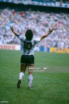 Fotografía de noticias : Argentina's Diego Maradona celebrates his team... Soccer Drills, Football Players, Gaucho, Maradona Tattoo, Diego Armando, Legends Football, International Football, Retro Football, Soccer Stars