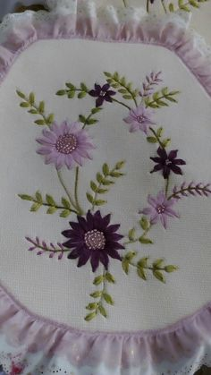 Hand Embroidery Tutorial, Embroidery Flowers Pattern, Embroidery Bags, Silk Ribbon Embroidery, Vintage Embroidery, Embroidery Stitches, Embroidery Designs, Fabric Flower Tutorial, Fabric Flowers